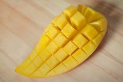 Tranche douce de mangue sur le plancher en bois Photos stock