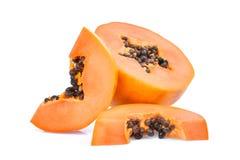 Tranche et demi papaye mûre avec des graines d'isolement sur le blanc Images libres de droits