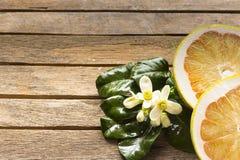 Tranche et fleur de pamplemousse sur la table en bois Changez de plan dedans photos stock
