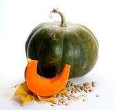 Tranche et graines de potiron de thanksgiving sur des feuilles d'automne Photographie stock