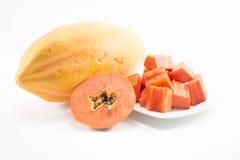 Tranche fraîche de papaye avec la papaye sur le plat d'isolement Photographie stock