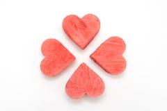 Tranche fraîche de pastèque avec les coeurs découpés sur le fond blanc Image stock