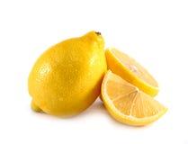 Tranche jaune fraîche de citron sur le fond blanc Images stock