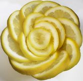 Tranche jaune fra?che de citron dans la forme rose photographie stock libre de droits