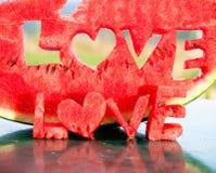 Tranche juteuse fraîche de pastèque avec le mot de lettres d'amour Photo libre de droits
