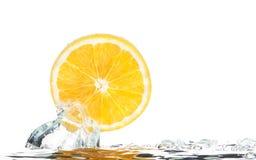Tranche orange dans l'eau avec des bulles Photos stock
