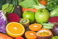 Tranche orange de plan rapproché avec des fruits et légumes de groupe Photo libre de droits