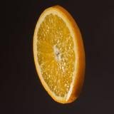 Tranche orange sur un fond foncé Image libre de droits