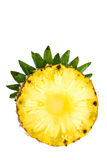 Tranche ronde d'ananas savoureux mûr avec la feuille d'isolement sur le blanc Images stock
