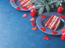 Tranche rouge de gâteau de velours pour le dessert de jour de valentines Photo stock