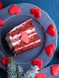 Tranche rouge de gâteau de velours pour le dessert de jour de valentines Images libres de droits