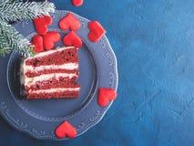 Tranche rouge de gâteau de velours pour le dessert de jour de valentines Photos libres de droits