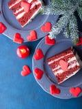 Tranche rouge de gâteau de velours pour le dessert de jour de valentines Image libre de droits