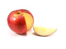 Tranche rouge de pomme sur le fond blanc Image libre de droits