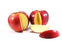 Tranche rouge de pomme sur le fond blanc Images stock