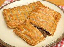 Tranche savoureuse de pâtisserie de viande de bifteck de plat Photographie stock libre de droits