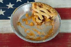 Tranche simple de tarte aux pommes dans la casserole de tarte photographie stock