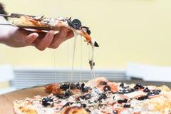 Tranche végétarienne chaude de pizza Photo stock