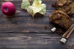 Tranches épicées faites maison de gâteau à la carotte avec des noix, sucre roux, cin photo libre de droits