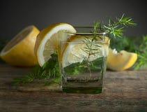 Tranches bleues de genièvre, de tonique et de citron sur une vieille table en bois photos stock