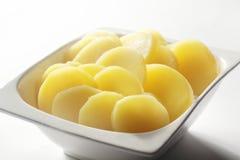 Tranches bouillies de pomme de terre sur la cuvette blanche photos stock