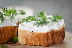 Tranches croquantes de baguette avec le fromage fondu et Photo libre de droits
