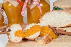 Tranches croquantes de baguette avec le potiron et la confiture d'oranges Photos stock