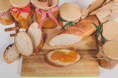Tranches croquantes de baguette avec le potiron et la confiture d'oranges Photo libre de droits