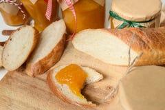 Tranches croquantes de baguette avec le potiron et la confiture d'oranges Photo stock