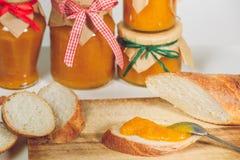 Tranches croquantes de baguette avec le potiron et la confiture d'oranges Images libres de droits
