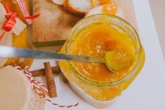 Tranches croquantes de baguette avec le potiron et la confiture d'oranges Photos libres de droits