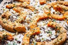 Tranches cuites au four de potiron avec des herbes Foyer sélectif Image libre de droits