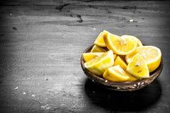 Tranches découpées en tranches de citrons dans une cuvette Image stock