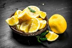 Tranches découpées en tranches de citrons dans une cuvette Photo libre de droits
