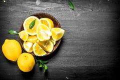 Tranches découpées en tranches de citrons dans une cuvette Photo stock