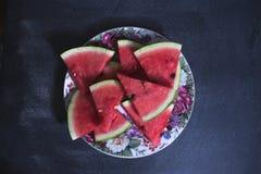Tranches découpées en tranches de pastèque sur un fond foncé photo stock