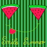 Tranches découpées en tranches joyeuses de pastèque, souriant montrant la langue, isolat Images stock