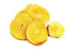 Tranches défraîchies de fin d'orange ou de macro d'isolement sur le blanc Photographie stock