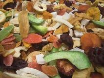 tranches d'abricot sec, d'avocat, de fruit glacé et d'un grand choix d'autres fruits Image stock