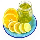 Tranches d'agrume et pot de confiture d'oranges Photographie stock libre de droits