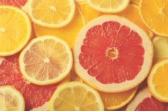Tranches d'agrumes de citron, orange, pamplemousse pour le fond Images libres de droits