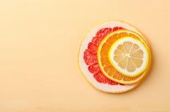 Tranches d'agrumes de citron, orange, pamplemousse sur le fond jaune Photo libre de droits