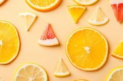 Tranches d'agrumes de citron, orange, pamplemousse sur le fond jaune Photos libres de droits