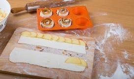 Tranches d'Apple sur des rayures de pâte et de goupille sur un bois léger Image stock