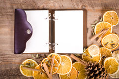 Tranches d'orange, de citron, d'épices et de carnet secs Noël Photos stock