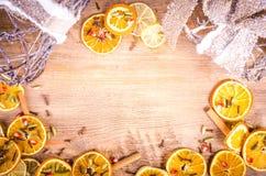 Tranches d'orange sèche, citron, cannelle, clous de girofle, cardamome Images stock