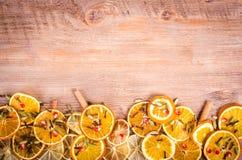 Tranches d'orange sèche, citron, cannelle, clous de girofle, cardamome Image libre de droits