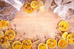 Tranches d'orange sèche, citron, cannelle, clous de girofle, cardamome Photo libre de droits