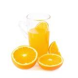 tranches d'oranges et de jus d'orange d'isolement sur le fond blanc Image libre de droits