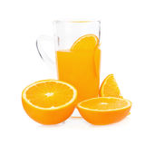tranches d'oranges et de jus d'orange d'isolement sur le fond blanc Images libres de droits